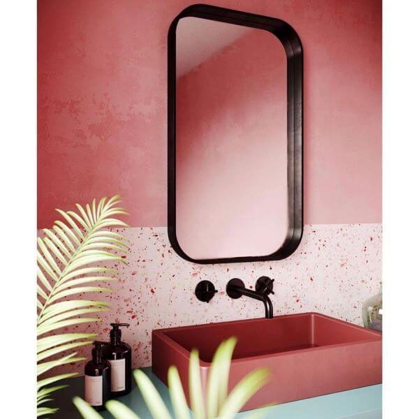 Banheiro rosa com revestimento moderno