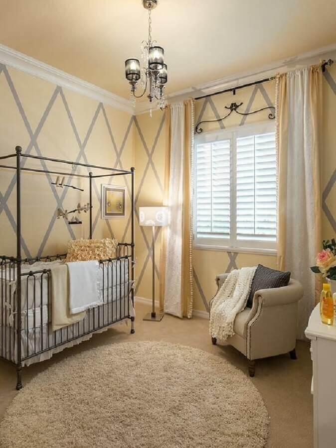 berço de ferro para decoração de quarto de bebê amarelo Foto Deavita