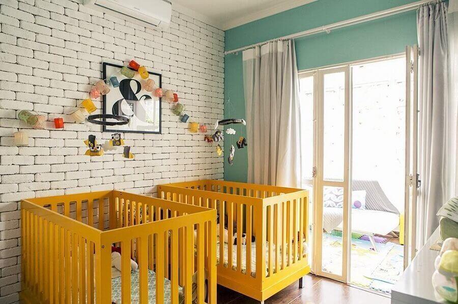 berço para quarto de bebê amarelo decorado com parede de tijolinho branco Foto Bebe Mamãe