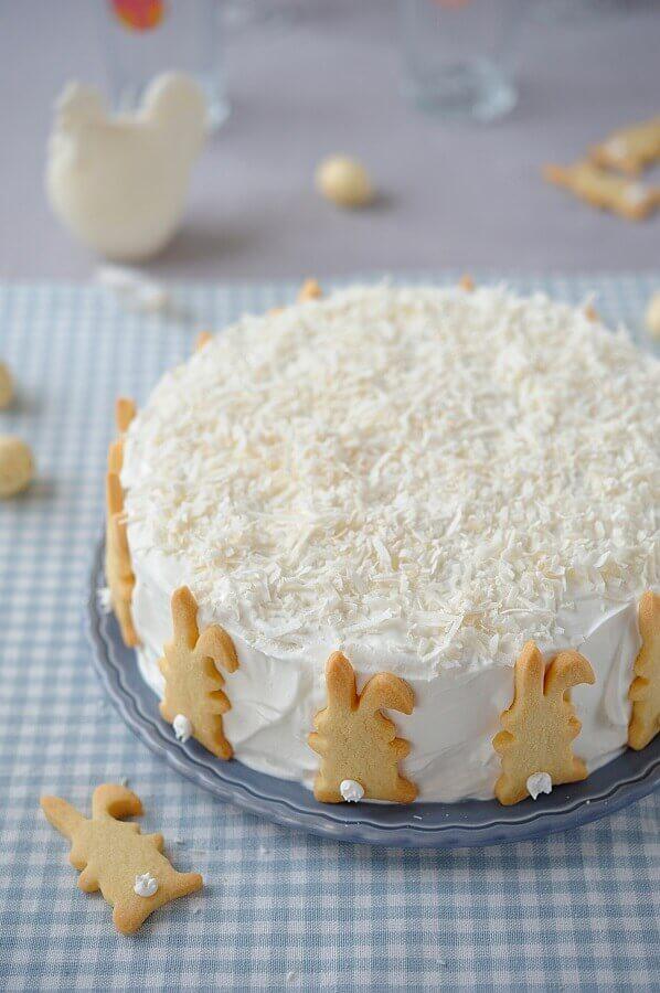 bolo de páscoa de chantilly decorado com coco e biscoitinhos de coelho Foto Laviva