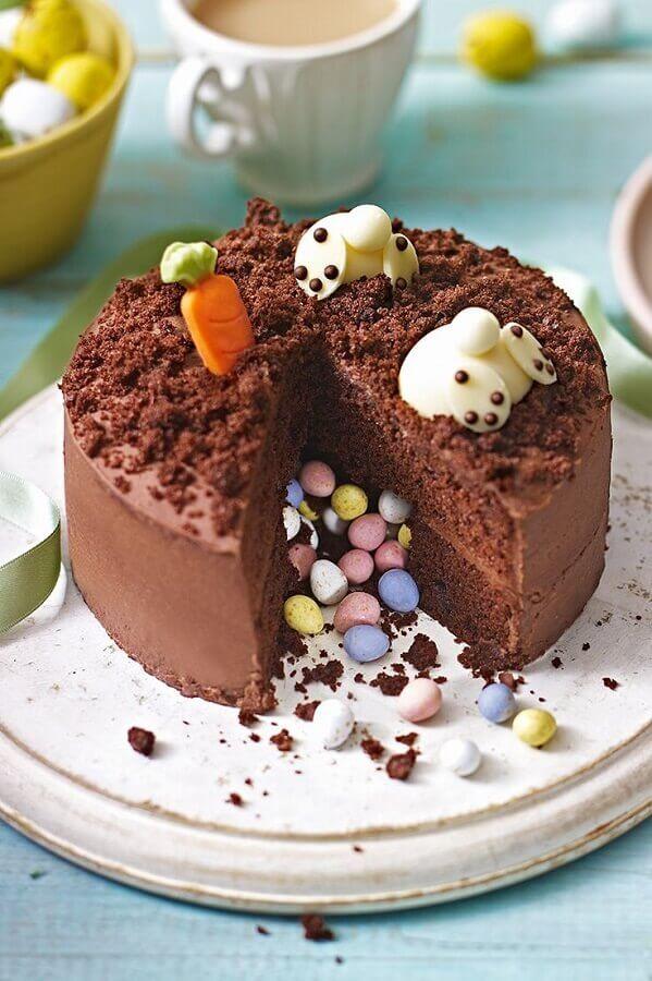 bolo de páscoa de chocolate decorado com confetes na parte de dentro Foto Doce Blog