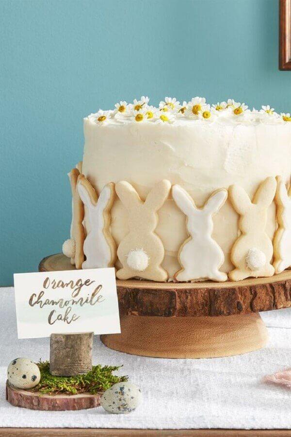 bolo de páscoa decorado com pequenas flores e coelhos de bolacha Foto Casa Tres Chic