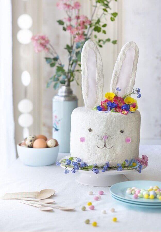 bolo de páscoa decorado com rostinho de coelho e flores coloridas Foto Casa e Festa
