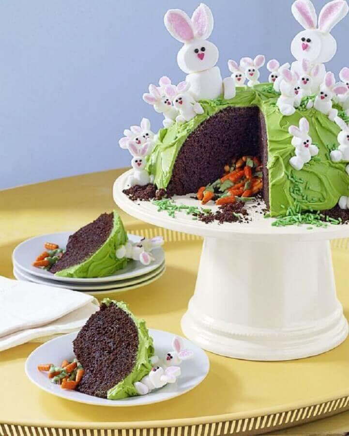 bolo de páscoa infantil decorado com vários coelhinhos brancos e mini cenouras na parte de dentro Foto Pinterest