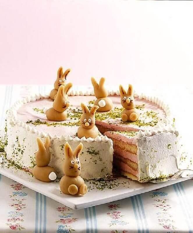 bolo de páscoa rústico decorado com vários coelhinhos Foto essen & trinken