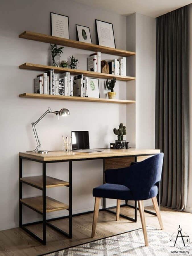 cadeira home office pequeno decorado com prateleiras de madeira Foto Behance