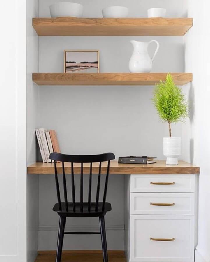 cadeira preta para home office com prateleiras de madeira Foto Assetproject