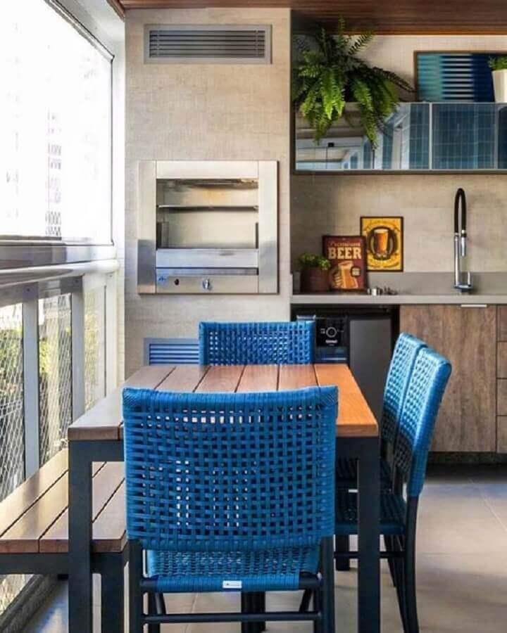 cadeiras azuis para decoração de área gourmet pequena com churrasqueira Foto Pinterest