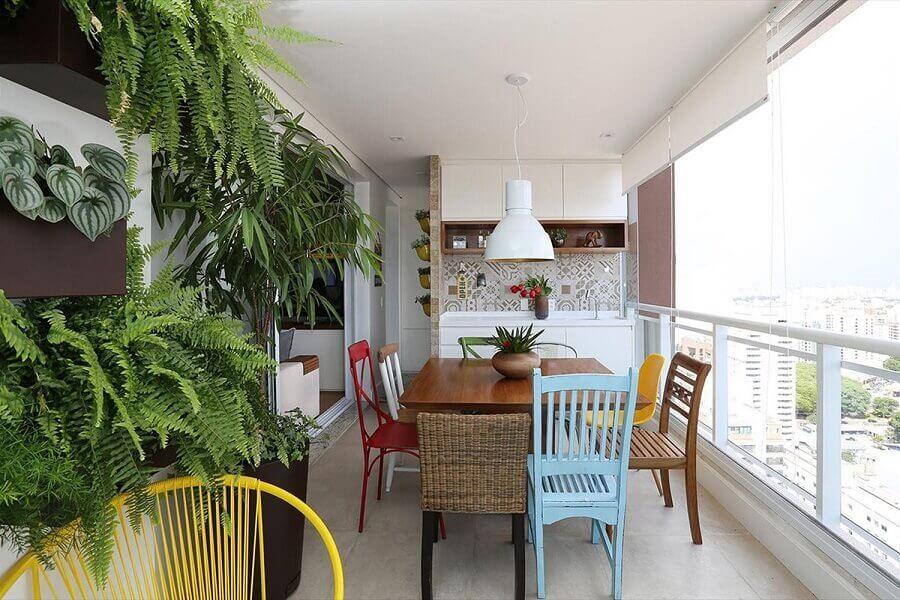 cadeiras diferentes e coloridas para decoração de área gourmet pequena de apartamento Foto Casa de Valentina
