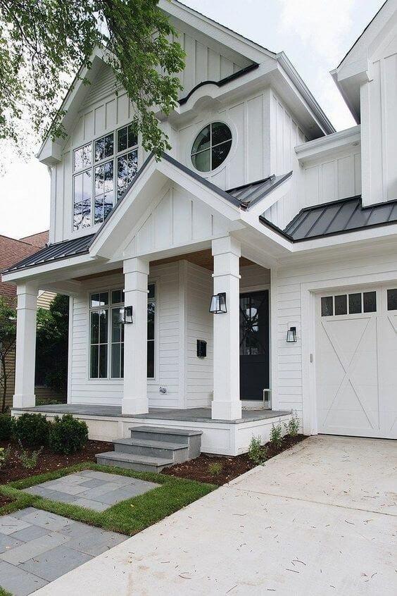 Casa com telha esmaltada cinza escuro e branco