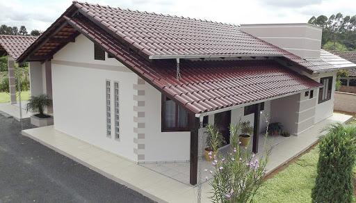 Casa com telha esmaltada vinho