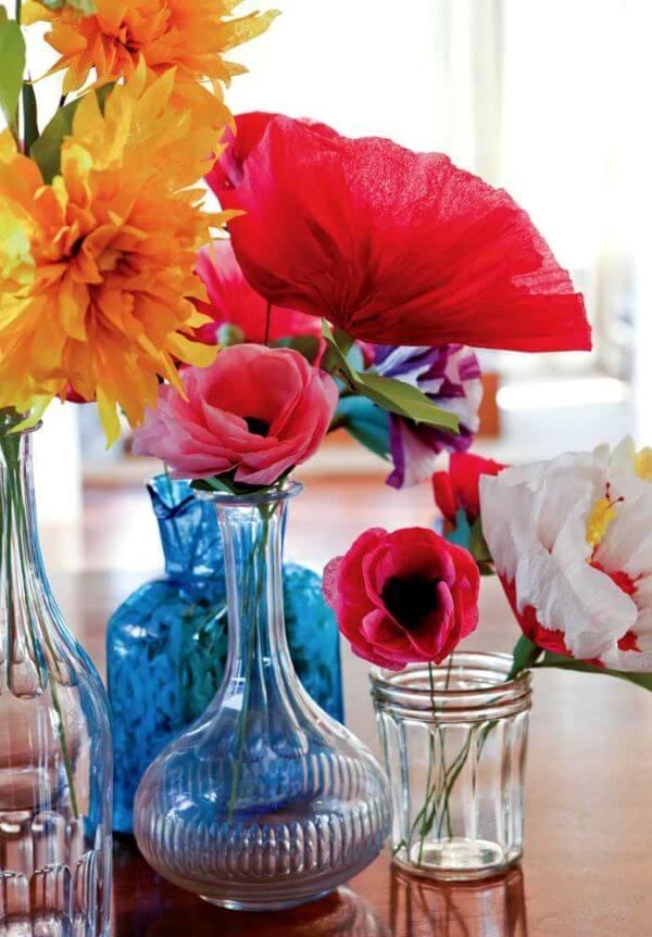 Casa decorada com flores de papel de seda coloridas