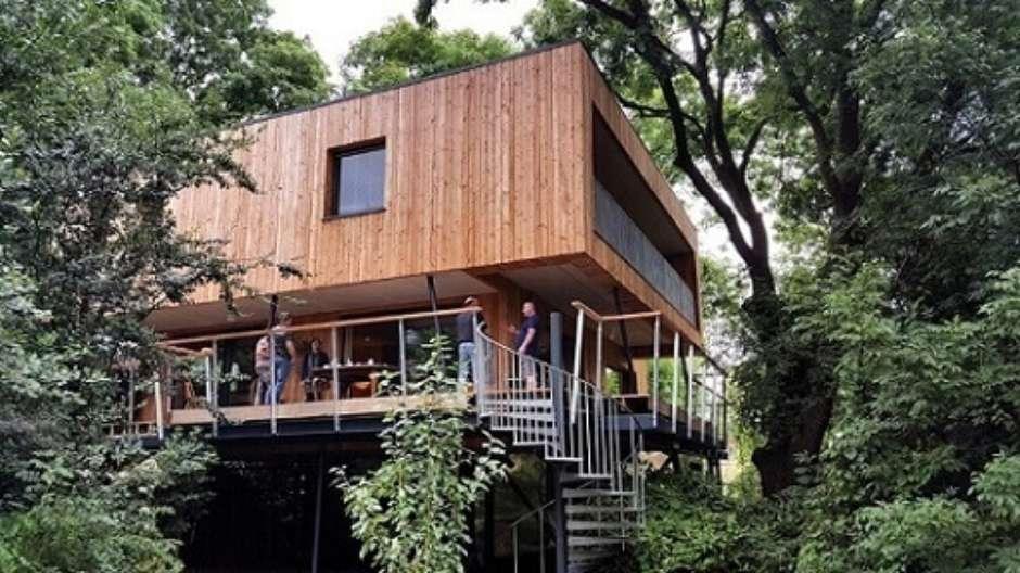 Casa na árvore com fachada moderna