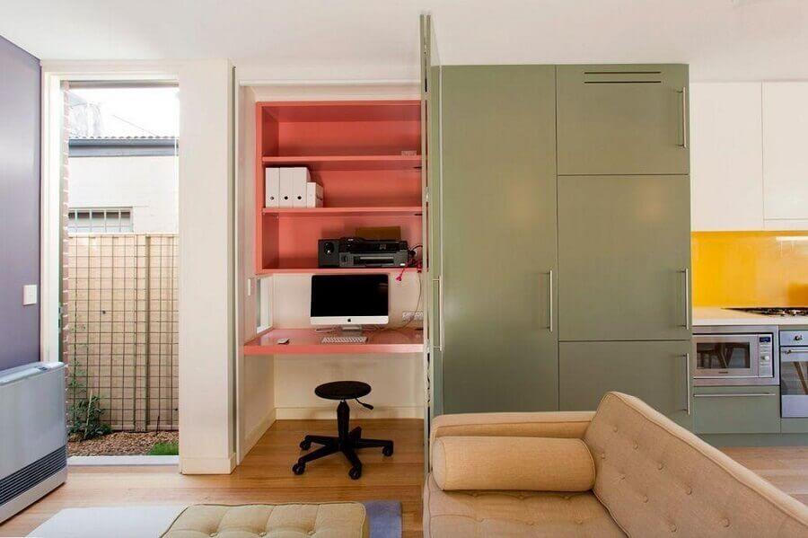 casa planejada com home office pequeno decorado com bancada e nichos cor de rosa Foto Danny Broe Architect
