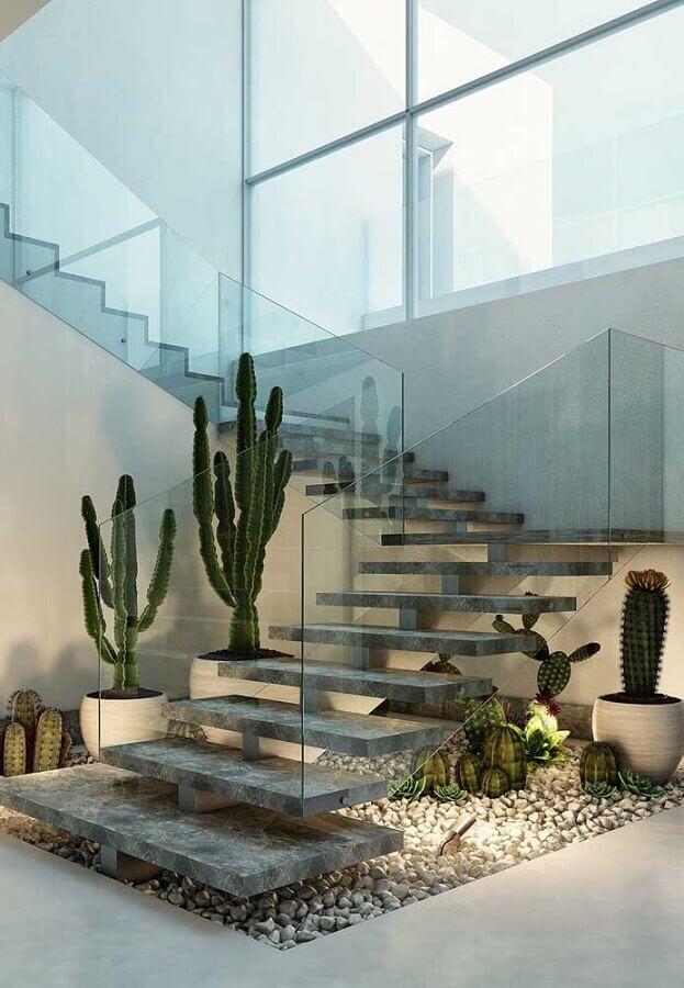 casas de luxo por dentro com jardim embaixo da escada com guarda corpo de vidro Foto Pinterest