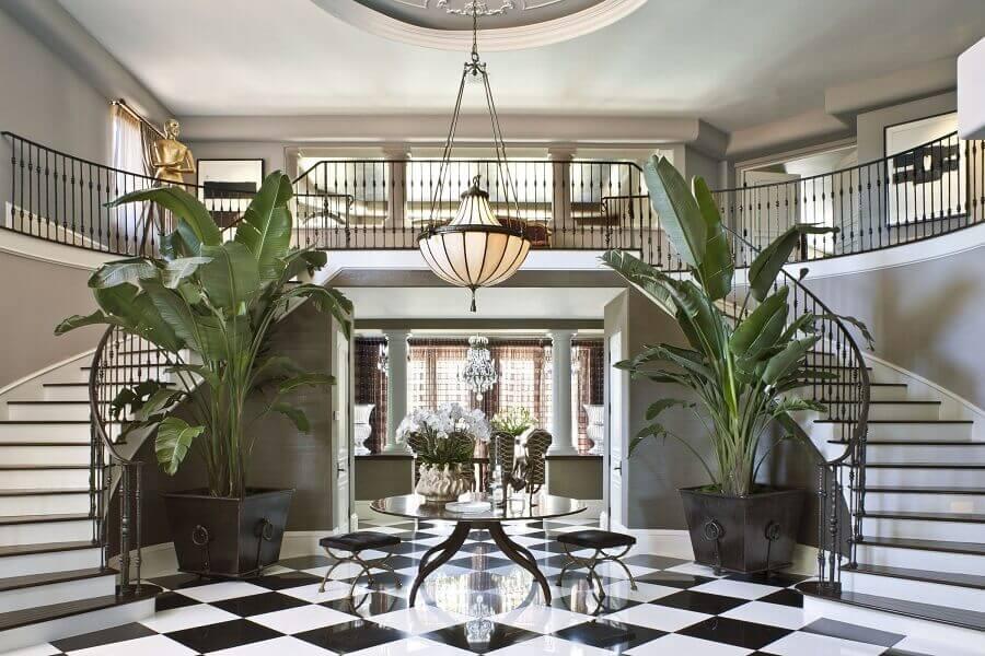 casas de luxo por dentro decorada com piso preto e branco Foto Architectural Digest