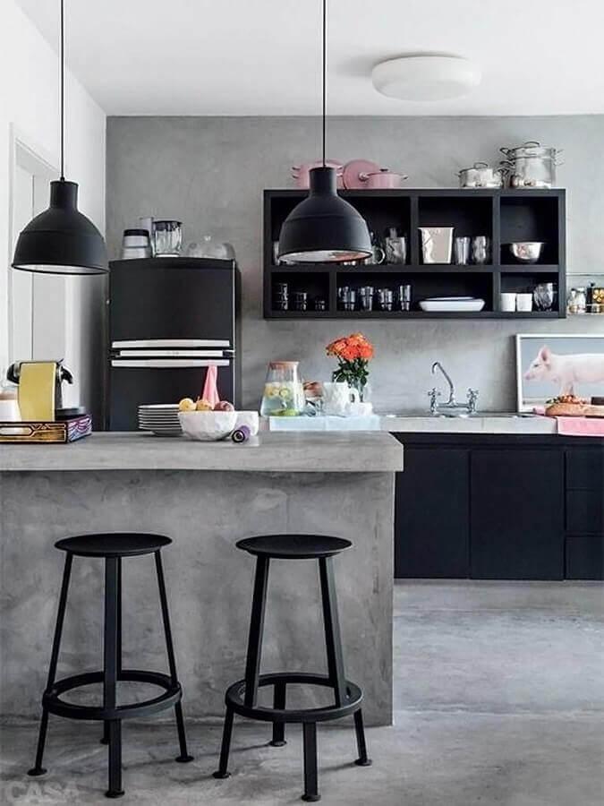 cimento queimado para bancada de cozinha americana com armários e banquetas pretas Foto Pinterest