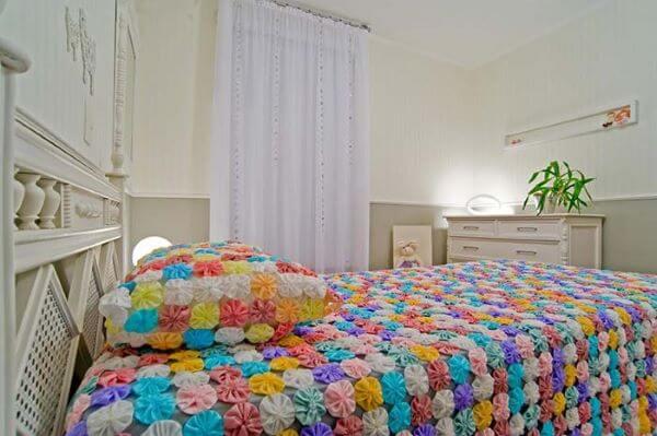 Colcha de fuxico colorido para quarto