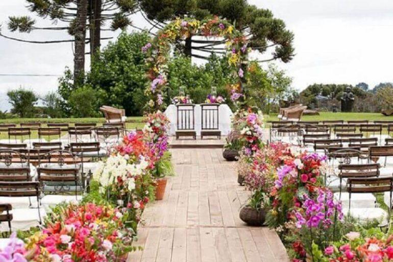 combinação de cores para casamento no campo com arranjo de rosas coloridas Foto Ideias Decor