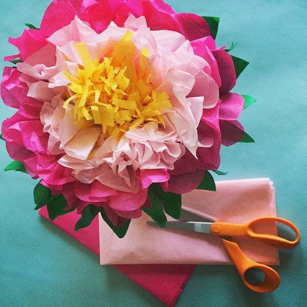 Siga o passo a passo para fazer lindas flores de papel de seda