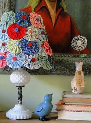 Abajur de fuxico para decorar a sala de estar