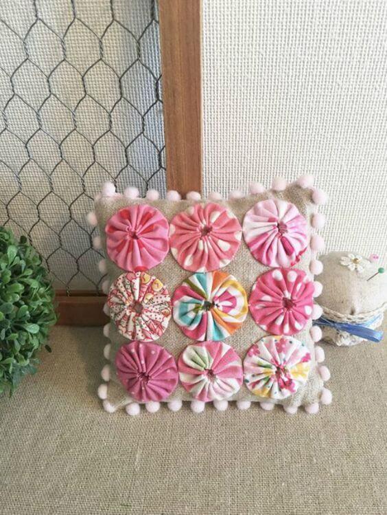 Como fazer fuxico para decorar as almofadas de casa