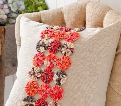 Como fazer fuxico para decorar almofadas da sala de estar