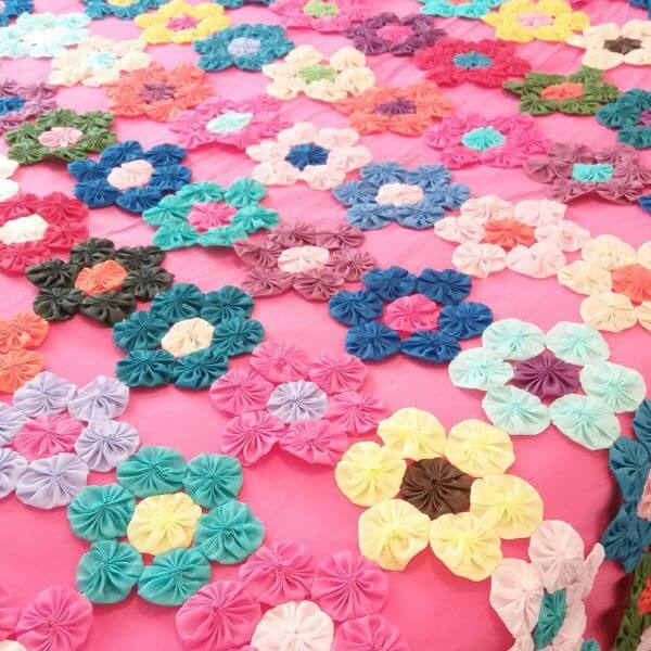 Como fazer fuxico em formato de flor para decorar quarto infantil