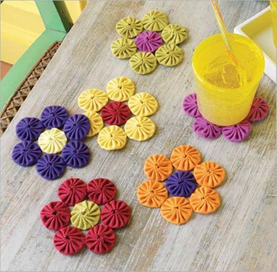 Como fazer fuxico colorido para ter porta copos diferentes e lindos