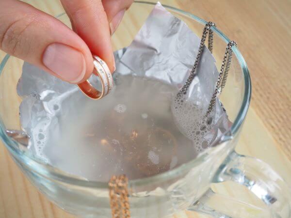 Aprenda como limpar ouro em casa