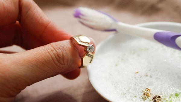 Aprenda diferentes formas de como limpar ouro