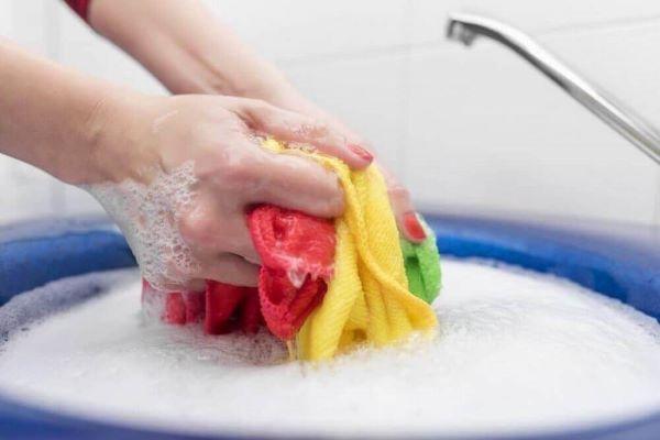Aprenda os melhores truques de como tirar bolor de roupa colorida e branca