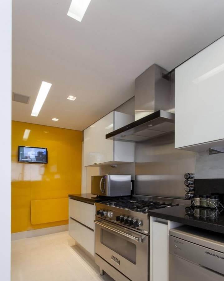 cor de tinta mostarda para decoração de cozinha planejada branca Foto GF Projetos Decor e Arquitetura