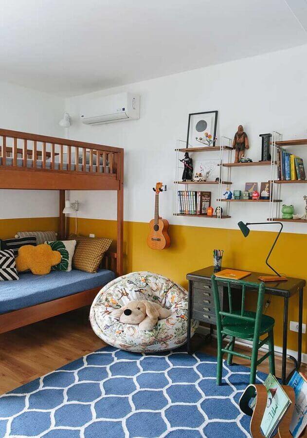 cor de tinta mostarda para decoração de quarto com beliche de madeira Foto Duda Senna