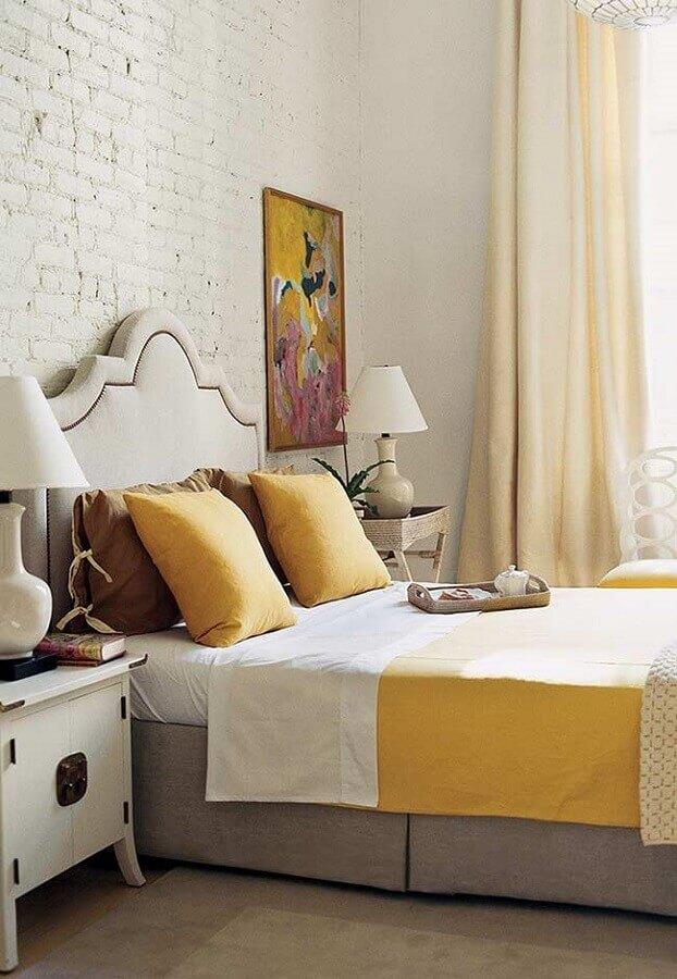 cor mostarda para decoração de quarto com parede de tijolinho Foto Pinterest