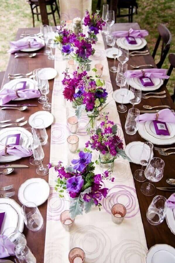 cores para casamento decorado com arranjo de flores simples roxas Foto Salve a Noiva