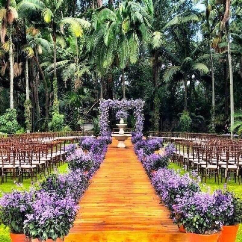 cores para casamento no campo com arranjo de flores roxas Foto Pinterest