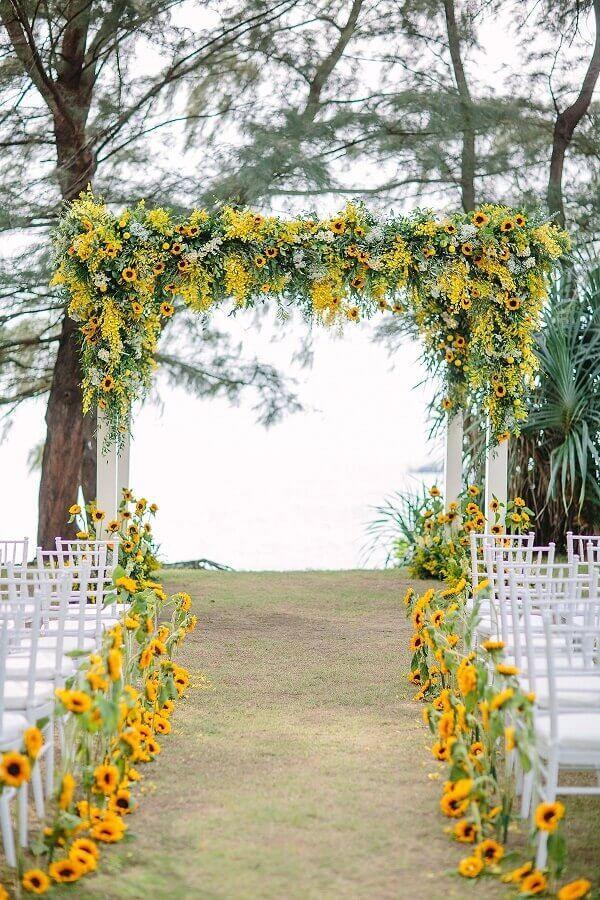 cores para casamento no campo com flores amarelas Foto WeddingTopia