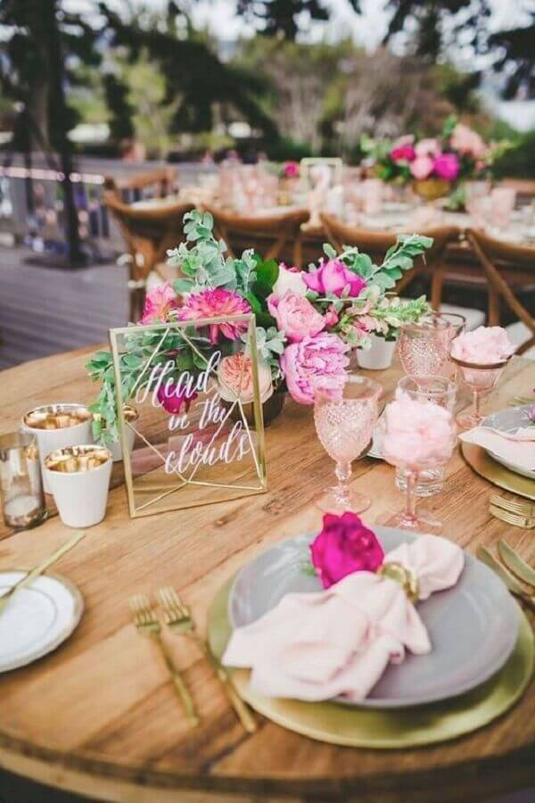 colors for rustic wedding with rose arrangement Foto Pinterest