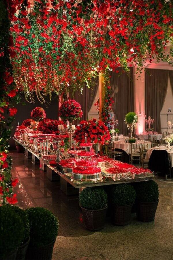 cores para casamento sofisticado com flores vermelhas Foto Constance Zahn