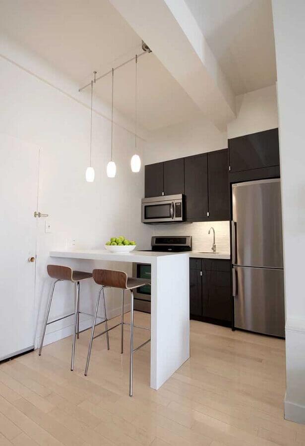 cozinha americana compacta decorada com armário preto e bancada branca Foto Houzz