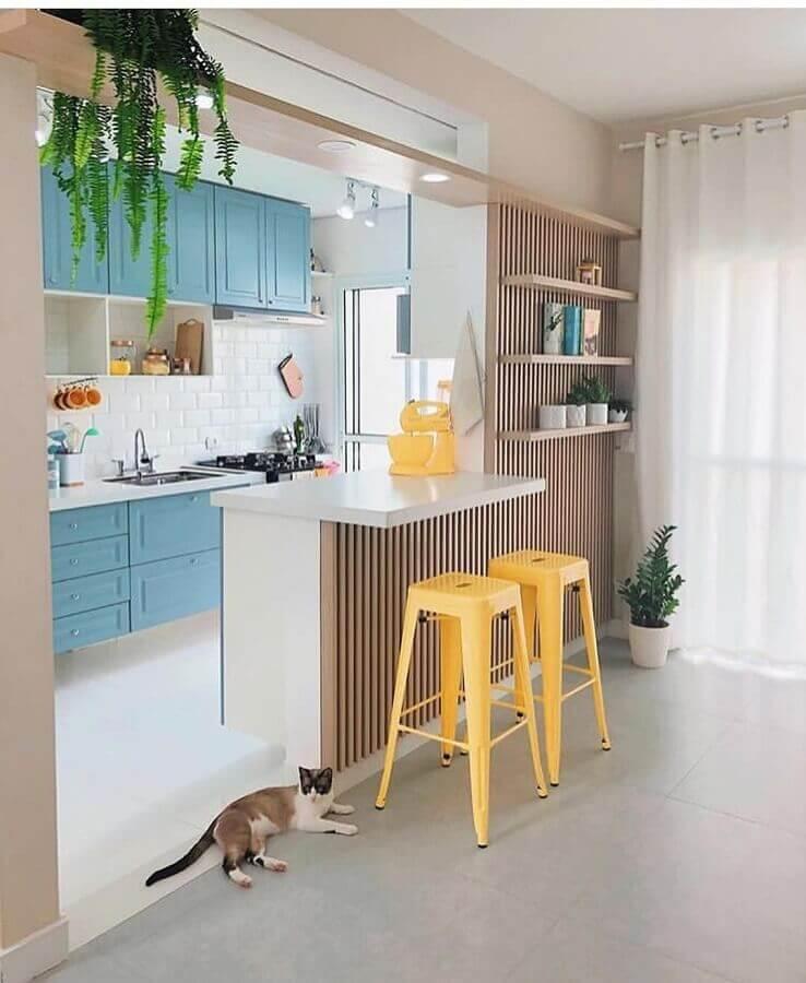 cozinha americana pequena decorada com armários azuis Foto Artcom Móveis Planejados
