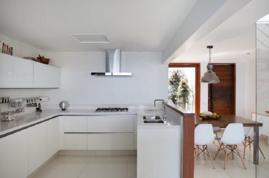 cozinha americana planejada com armários brancos Foto RAP Arquitetura e Interiores