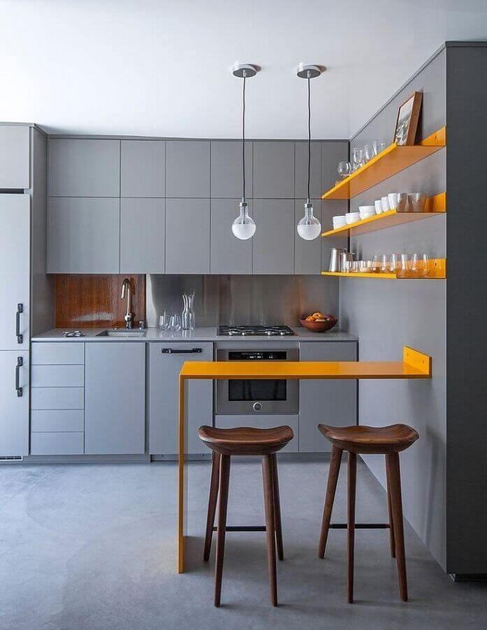 cozinha cinza moderna com prateleiras e bancada na cor de mostarda Foto Architizer