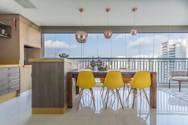 Que tal apostar no conceito aberto para fazer uma linda cozinha com churrasqueira?