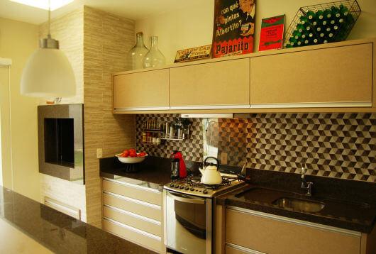 Cozinha planejada com churrasqueira e decoração moderna acima