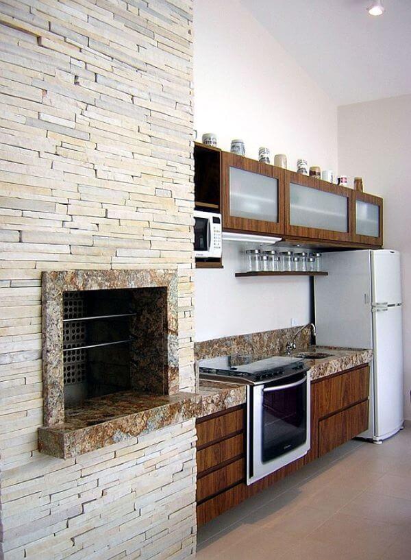 Cozinha com churrasqueira em revestimento de pedra canjiquinha