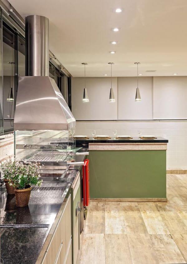 Cozinha com churrasqueira moderna e coifa