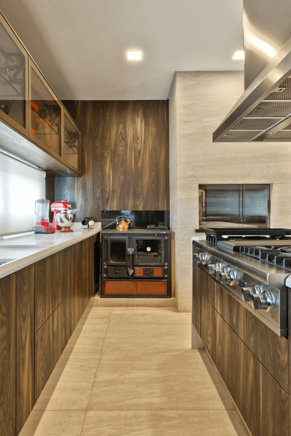 Cozinha com churrasqueira de madeira