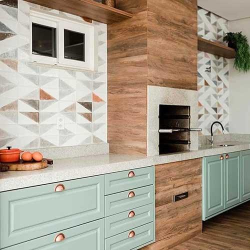 Cozinha com churrasqueira moderna em tons pasteis